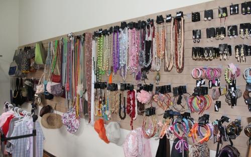 Bazar, com roupas e acessórios, ajuda a manter a instituição